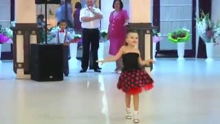 Мальчик и девочка танцуют на свадьбе!!!