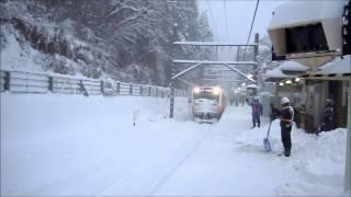 [東京大雪] 非常用ワイパーを使用しながら入線する青梅線E233系 東京都青梅市 thumbnail
