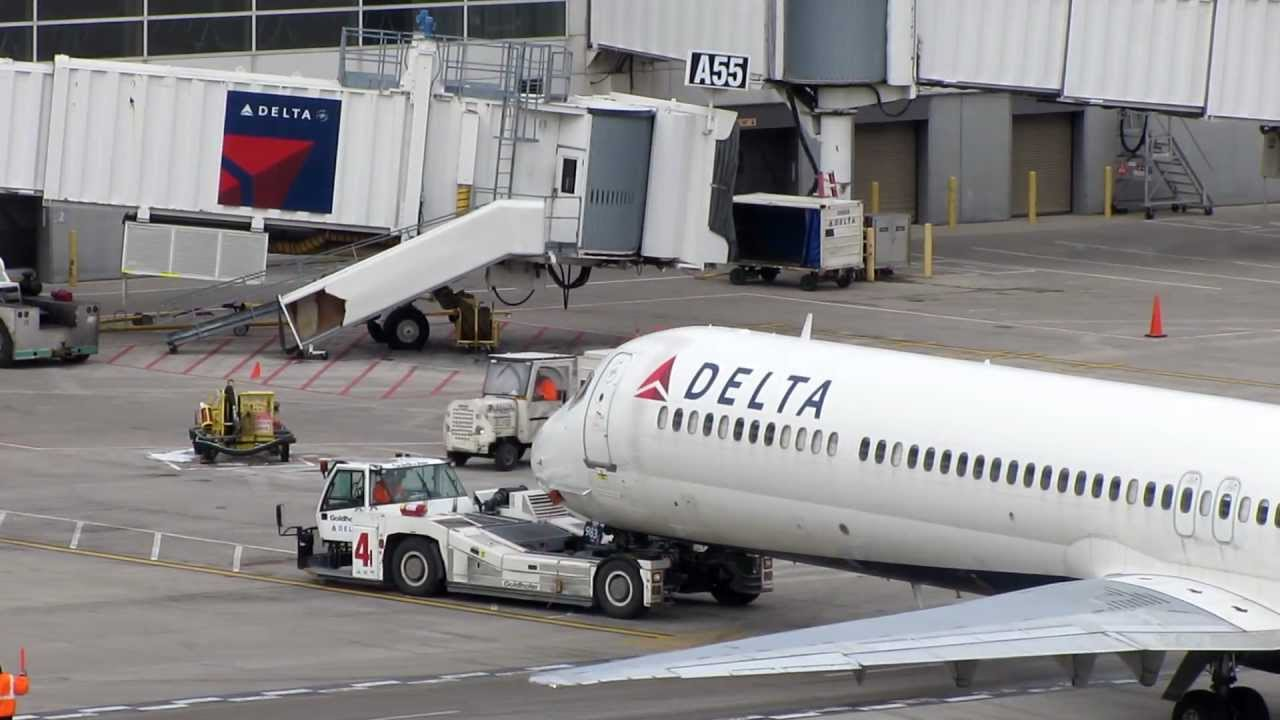 Hd Delta Airlines Mcdonnell Douglas Md 88 Being Towed
