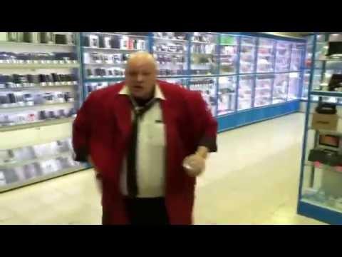 Стас Барецкий уничтожает планшет и айфон в магазине