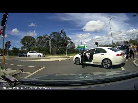 Car runs red light and T bones another - Picton