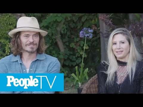 Mira Sorvino And Family Dress Up Like The Cast Of Friends — And Lisa Kudrow Approves! | PeopleTV