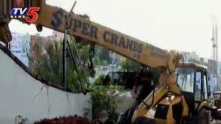 Crane Rams into People at Film Nagar in Hyderabad | TV5 News