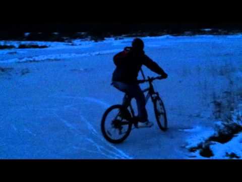 Шипованные велопокрышки на голом льду!