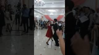 Мама невесты танцует на свадьбе