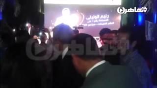 لحظة وصول وزير الرياضة لحفل تكريم رنيم الوليلي