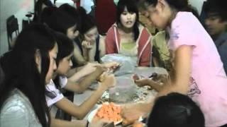 港青基信書院到油尖旺食物銀行做義工:同學處理番薯(拍攝:黃嘉