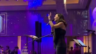 Kiki 演唱爵士歌曲與中文歌