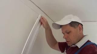 видео Как состыковать и подогнать углы потолочного плинтуса
