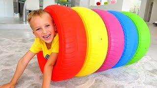 فلاد ونيكيتا يتظاهر اللعب بعجلات ملونة