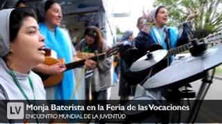 Un grupo de monjas tocan en una banda para recibir al Papa