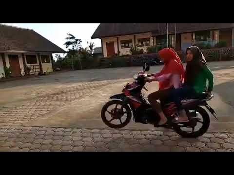 Video lucu 2 gadis standing pake motor