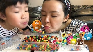 M&M 초콜릿을 빨대로 옮겨라! m&m 초콜릿 대결 캔디첼린지 숟가락게임 빨대게임 Candy challenge games using M&M candy AND Straw