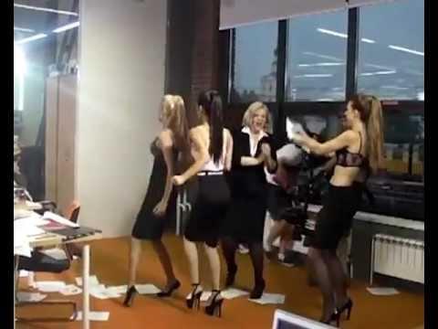 клип где танцует человеком коробка