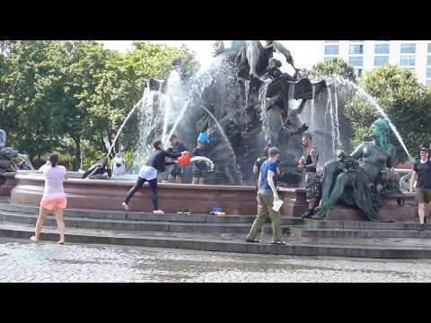 Wasserschlacht am Neptunbrunnen Berlin Mitte