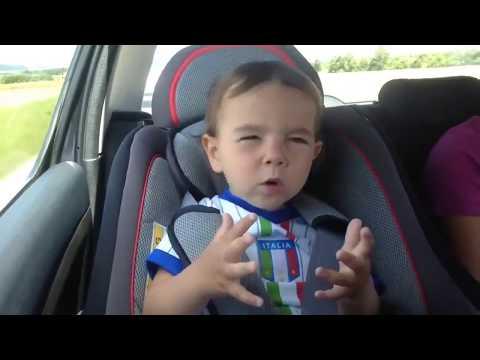 Малыш тащится от музыки в машине (лучшие приколы дети, смех, юмор, позитив)