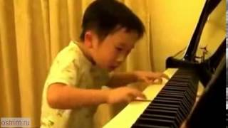Китайский ребёнок виртуозно играет на пианино