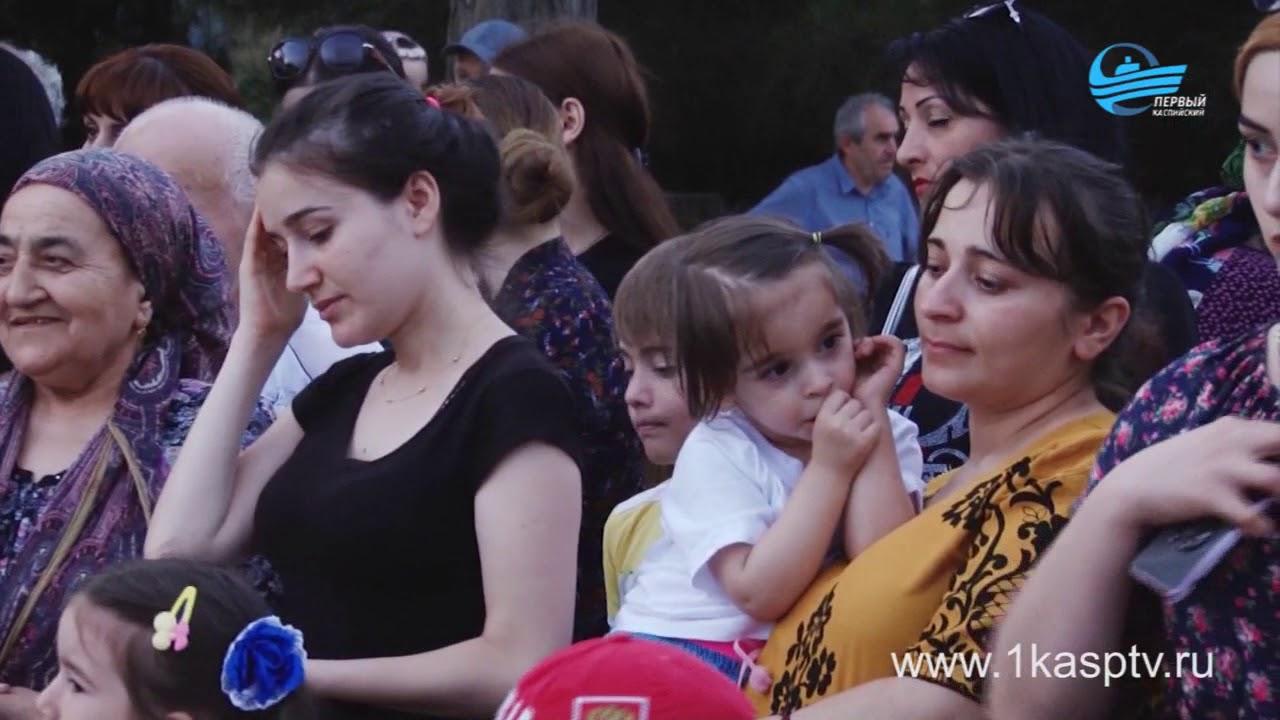 Праздничный концерт, посвященный дню молодежи России собрал на площади Каспийска несколько сотен горожан