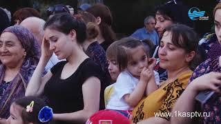 Праздничный концерт, посвященный дню молодежи России собрал на площади Каспийска несколько сотен гор