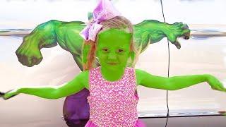 Nastya decorou o carro do pai com adesivos de super-heróis