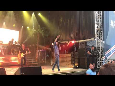 Beachin' - Jake Owen (Live)