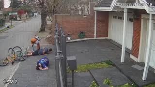 VIDEO Motochorros asaltaron a padre e hijo y les dispararon para intimidarlos
