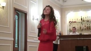 Девочка спела на свадьбе