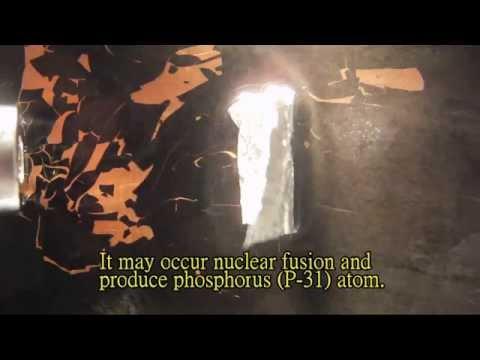 Alpha Particles Bombard Aluminum Foil in a Cloud Chmaber - Lu Le Laboratory