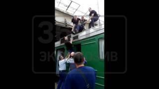 Мужчину сняли с крыши электрички в Подмосковье видео