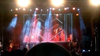 Resultado de imagem para fã agarra Simaria à força e leva soco de Simone durante show em Amargosa