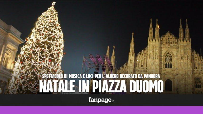 Albero Di Natale Milan.Milano Piazza Duomo Stracolma Per L Accensione Dell Albero Di Natale Decorato Da Pandora