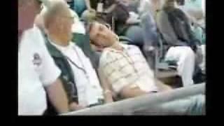 لايفوتكم تفاعل الجمهور مع المشجع النائم روعه