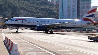 La pista de aterrizaje de Gibraltar con aviones y autos