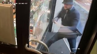 Rapina in pieno giorno a Milano: spacca la vetrina a martellate e porta via i Rolex