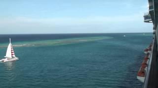 南カリブ海クルーズ、アルバ島に停泊中の大型客船からの眺め