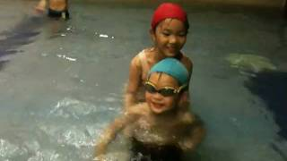 Benny and Yvonne played in the swimming pool in 蘭城晶英