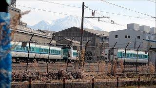 後藤総合車両所に留置されているくろしお色の381系と発着する列車(2018/3/4)