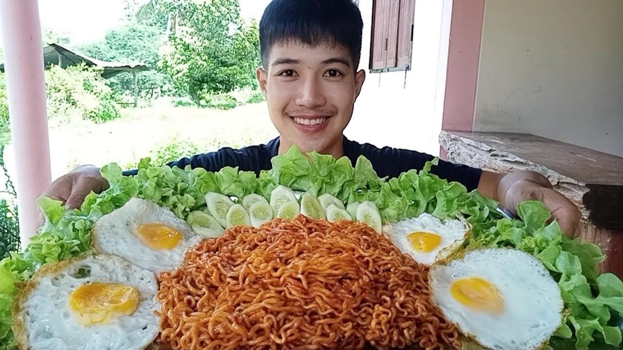 กินมาม่าเผ็ดเกาหลีถาดใหญ่  ไข่ดาว4ฟอง..