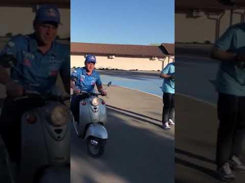 Андрей Каргинов соревнуется в медленном заезде на скутере