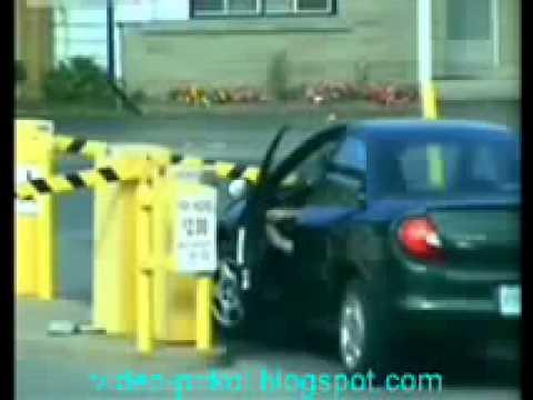 Смешно Женщина за рулем, очень сложно выехать с парко