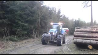 W drodze na pole New Holland TVT 195 & Rozsiewacz do nawozu Rauch Axis 30.1