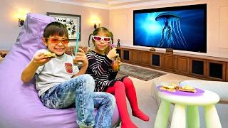Смотреть #СемьяОрешкиных: ОДНИ ДОМА! Готовим вафли 🍪 Смотрим фильм 3D 😎 Видео для Детей / Готовим вместе онлайн