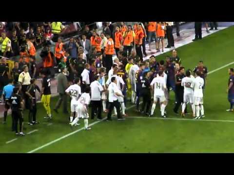José Mourinho pisa la cabeza de Cesc Fàbregas