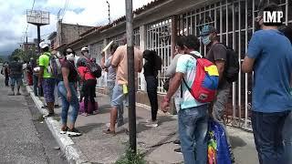 ¡Colas y más colas! El tiempo de los cabudareños se va esperando transporte y gasolina #10Ago
