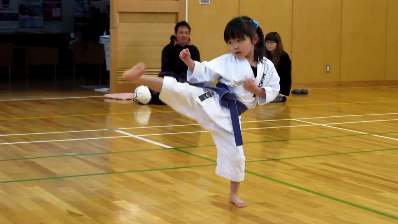 Mahiro(5-year-old girl) practicing kihon for kyu exam 5歳の女の子、基本練習中