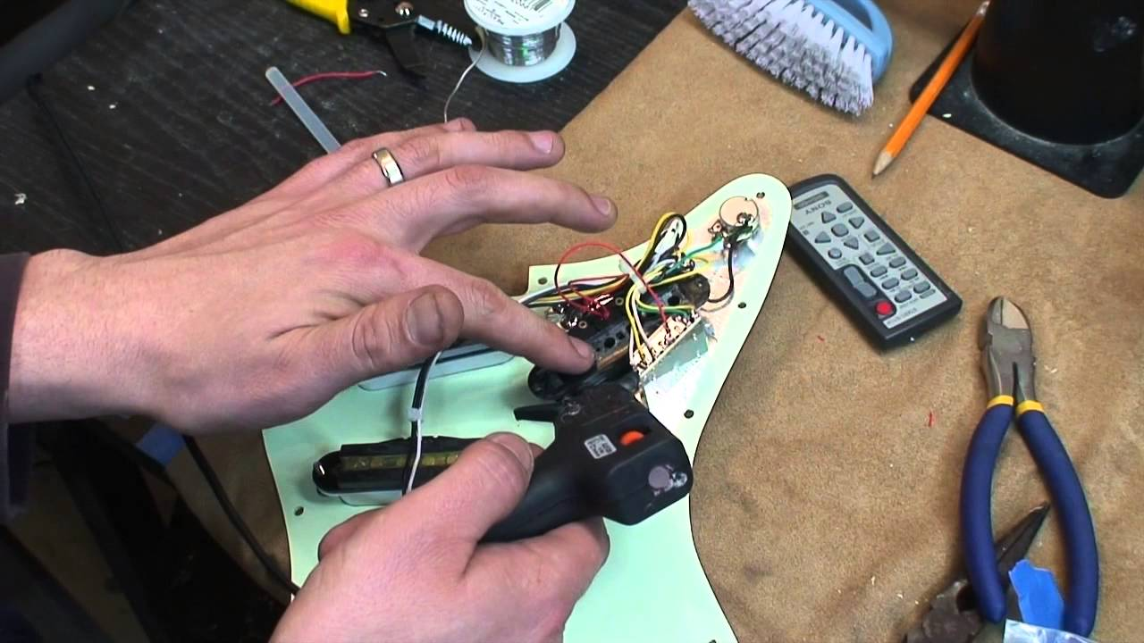 demonstration of how to wire a dummy coil for a strat