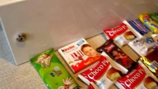 аппарат способен продавать шоколад, конфеты и печенье.(, 2010-02-11T10:58:00.000Z)