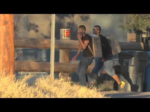 Dos jóvenes saltan fácilmente muro de frontera EEUU-México con droga