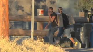 Dos jóvenes saltan fácilmente muro de frontera EEUU-México con droga thumbnail