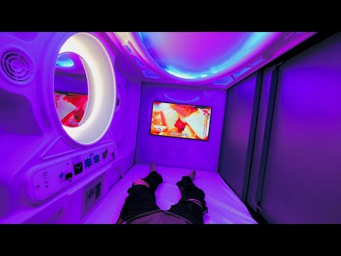 foreigners-stay-at-the-cheapest-capsule-hotel-in-taiwan,-taipei